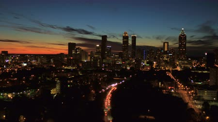 noite : Atlanta Aerial v132 Flying low towards downtown at dusk night.