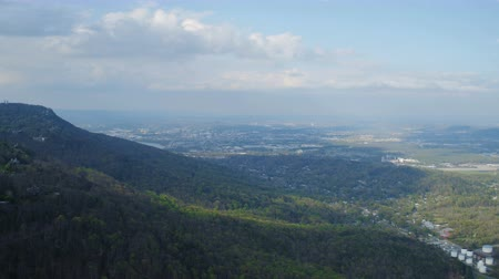 kasaba : Chattanooga Aerial v7 Flying over Lookout Mt with full city view in the distance. Stok Video