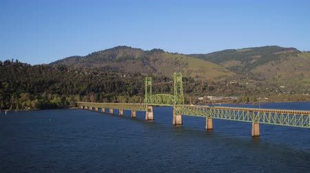 низкий : Columbia River Aerial v16 Flying low over Hood River Bridge.