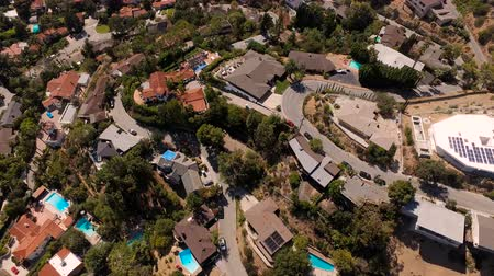 kopec : Glendale Aerial v2 Vertical shot flying over luxury neighborhood in the hills. Dostupné videozáznamy