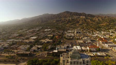 окрестности : Glendale Aerial v9 Flying low over downtown and towards neighborhood in the hills. Стоковые видеозаписи