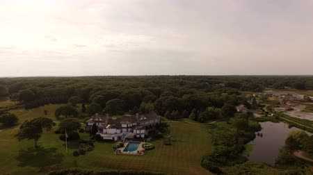immobilien : Maine Aerial Coastline Homes v39 Vliegen laag over kustlijn huizen panning. Stockvideo