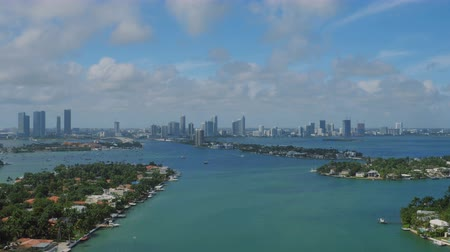 Майами : Miami Aerial v62 Flying low over bay panning with cityscape and multiple island views. Стоковые видеозаписи