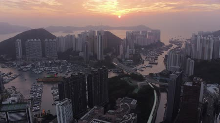 hangen : Hong Kong Aerial v32 Flying over Wong Chuk Hang stadsgebied bij zonsondergang. Stockvideo