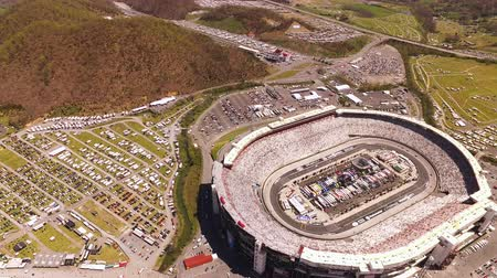 арена : Bristol TN Aerial v14 Birdseye view flying around motor speedway during Nascar race 416 Стоковые видеозаписи