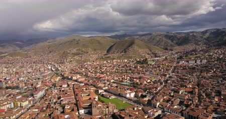 Перу : Cusco Peru Aerial v1 Flying low over downtown panning