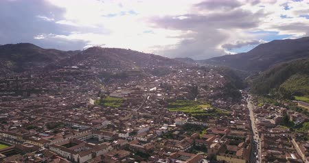 перуанский : Cusco Peru Aerial v4 Flying low over downtown panning Стоковые видеозаписи