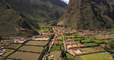 склон холма : Ollantaytambo Peru Aerial v2 Flying low over small town panning