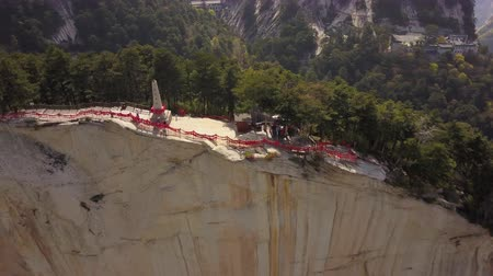 hegyoldalban : China Mt Huashan Aerial v18 Flying over mountain climbing path and peak 517 Stock mozgókép