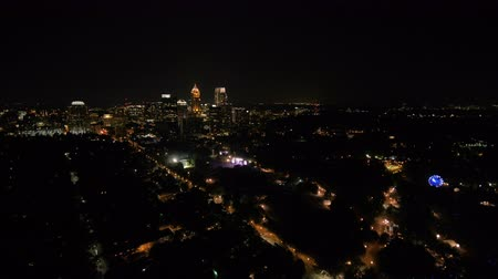 amfiteátr : Atlanta Aerial v310 Flying over to music festival in park cityscape night 917