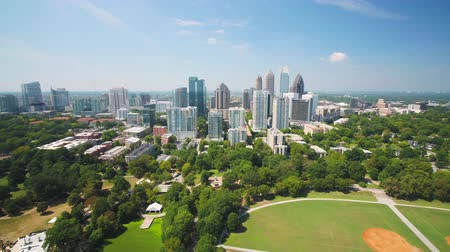 расположение : Atlanta Aerial v320 Flying low over Piedmont Park sunny full cityscape 917