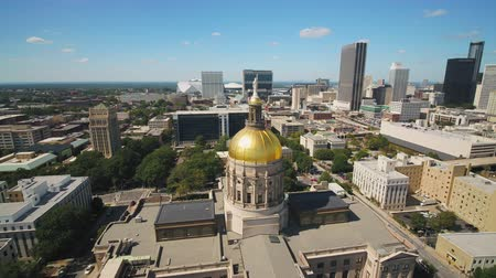 низкий : Atlanta Aerial v363 Flying low around Capital building sunny cityscape 1117
