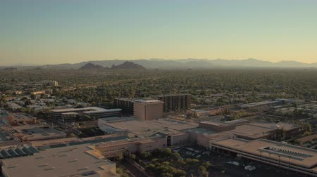 área de deserto : Phoenix Arizona Aerial v12 Flying low over downtown Scottsdale area panning sunset cityscape 916 Vídeos