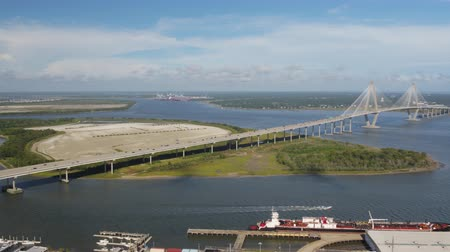 rennboot : South Carolina Charleston Aerial v67 Schwenken um Drum Island und Brücke 1017 Videos