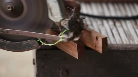 wood : cutting wood with electric saw