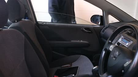 ladrão : thief stealing tablet pc and wallet from the car Vídeos