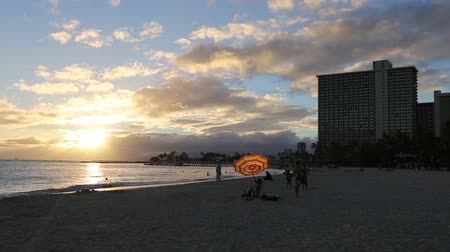 Оаху : Waikiki, Oahu, Hawaii - August 18, 2016: Beautiful sunset at Waikiki beach in Oahu. Waikiki beach, South Shore, is neighborhood of Honolulu and the most popular beach of Hawai. Стоковые видеозаписи