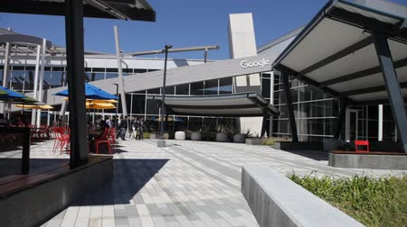 área de trabalho : Mountain View, CA, USA - August 15, 2016: dining area for Google employees at Googles headquarters or Googleplex. Google is an multinational corporation specializing in Internet search services.