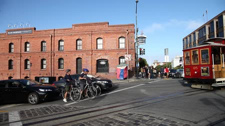 san francisco : San Francisco, CA, United States - August 14, 2016: Cable Car Turntable or terminus, tourist attraction Powell-Hyde lines in Jefferson Street, Fishermens Wharf. Passengers enjoy a ride in a cable car Stock Footage