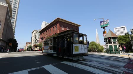 interseção : San Francisco, California, United States - August 17, 2016: two Cable Car ride for California and Powell streets, where the three lines intersect in a set double crossovers. Stock Footage