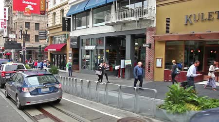 tramway : San Francisco, Californie, États-Unis - 17 août 2016: téléphérique, lignes Powell-Manson, de San Francisco, le long de Powell Street, passant par le café Starbucks, le bar Norcini et le magasin de mode Express. Vidéos Libres De Droits