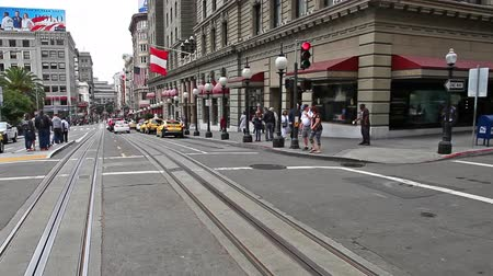 kolej : San Francisco, California, United States - August 17, 2016: The Cable Car of San Francisco full of tourists passing by the luxurious Westin St. Francis hotel, on Union Square.