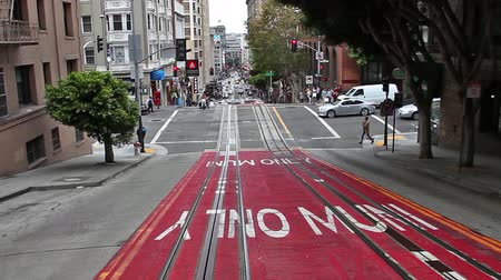 bilet : San Francisco, California, United States - August 17, 2016: Cable Car, Powell-Manson lines, of San Francisco, riding up the uphill of Powell Street, beside Bush stop.