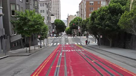 kabely : San Francisco, California, United States - August 17, 2016: Cable Car, Powell-Manson lines, of San Francisco, riding up the uphill of Powell Street, higher and higher. Dostupné videozáznamy