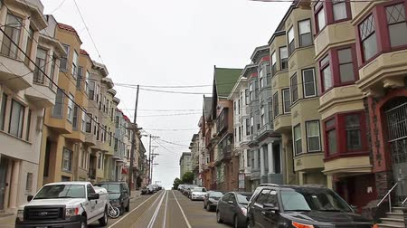 kabely : San Francisco, California, United States - August 17, 2016: Cable Car, Powell-Manson lines, of San Francisco, in Jackson street with a lot of old historical houses. Dostupné videozáznamy