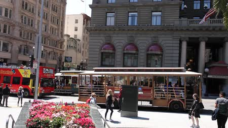 guias : San Francisco, California, Estados Unidos - 17 de agosto de 2016: Big Bus, Hop On Hop Off, Visita turística, autobús de dos pisos popular que lleva turistas, en Union Square en San Francisco, y teleférico.