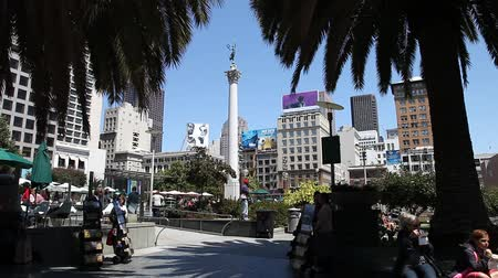suvenýry : San Francisco, CA, USA - August 17, 2016: tourists, stalls with souvenirs and bars in Union Square, the central square of San Francisco, Market Street, known as the place shopping and luxury hotels. Dostupné videozáznamy