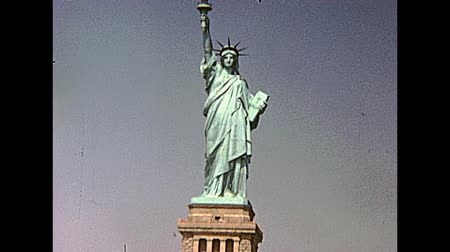yuvarlak : Statue of Liberty from boat tour, Hudson river of Manhattan. New York, United States of America on 1970. Stok Video