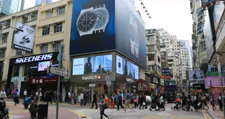 csomópont : Hong Kong, China - December 6, 2016: People in shopping street Lee Garden Road, Causeway Bay, the luxury shopping district, with best brand watch stores.