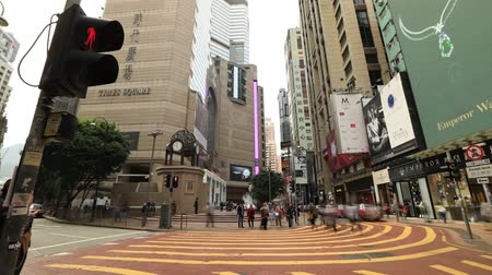 vezes : Hong Kong, China - December 6, 2016: Time lapse of typical busy asian people with fashion dress, walking fast in Times Square, Causeway Bay, looking for shopping.