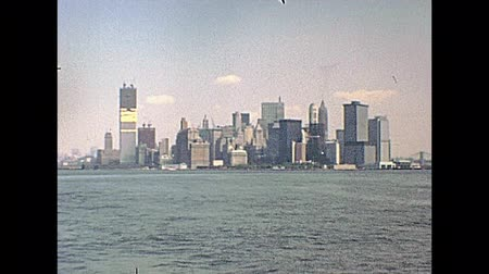 лодки : New York, United States of America - circa 1970: Manhattan skyline on seventy. Twin Towers under construction site, World Trade Center from the Circle Line Sightseeing Cruises on Hudson river. Стоковые видеозаписи