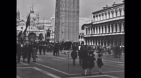 chiesa : Venice, Italy - circa 1960: Historical restored footage of San Marco square in Venice with San Marco Basilica and bell tower. Tourists in typical 60s clothes. Filmati Stock