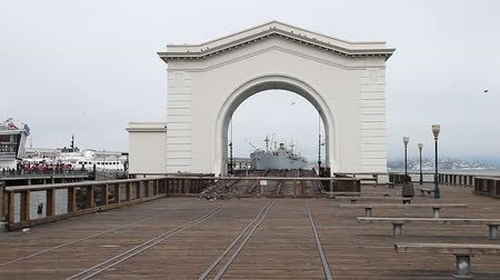 ancorado : San Francisco, California, United States - August 14, 2016: Old Port Gate at Pier 39 in Fishermans Wharf waterfront district, one of the most famous places in San Francisco. California travel concept