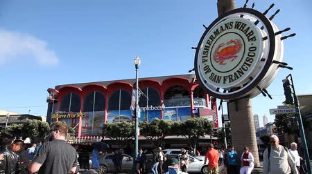 food state : San Francisco, California, United States - August 14, 2016: tourists of Fishermans Wharf waterfront of San Francisco on Jefferson road. Blue sky on sunny day. America touristic Applebees restaurant. Stock Footage