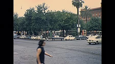 восстановлено : ROME, ITALY - CIRCA 1967: Risorgimento square with classic 1960s Fiat cars, like models: Fiat 124 and Fiat 850 and an Merceses Benz. Vatican city museums on background. Historic restored footage.