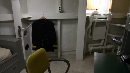 lavatório : HONOLULU, OAHU, HAWAII, USA - AUGUST 21, 2016: exclusive operations officer room with uniform, closet, desk ,phone, washbasin and bed of Battleship Missouri at Pearl Harbor. Vídeos