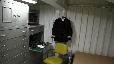lavatório : HONOLULU, OAHU, HAWAII, USA - AUGUST 21, 2016: exclusive room for command chaplain with uniform, closet, desk ,phone, washbasin and bed of Battleship Missouri at Pearl Harbor.