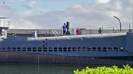 gyöngyszem : HONOLULU, OAHU, HAWAII, USA - AUGUST 21, 2016: panorama of USS Bowfin Submarine SS-287. Pearl Harbor historic landmark, National historic and patriotic landmark memorial of Japanese attack in WW II. Stock mozgókép