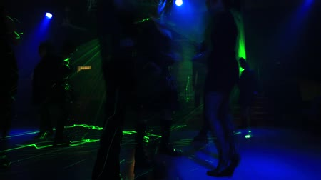 buty : Timelapse of people in discotheque dancing with violet, blue and pink strobe lights. Entertainment, leisure and nightlife concept. Adult lifestyle. Wideo