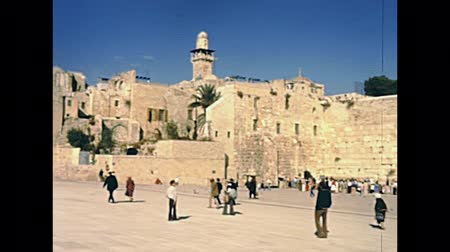 jeruzalém : Panorama of the Western Wall Plaza in old city of Jerusalem with people. Historic restored footage on 1980s in Israel.