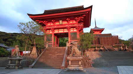 társult : Spectacular Kiyomizu-dera Temple Gate with sunset light. Kiyomizu is one of the most celebrated temples of Japan associated with Buddhist Hosso sect. Unesco Heritage Site in Kyoto, Japan. Stock mozgókép