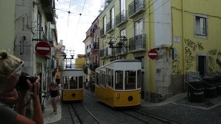 lisboa : Lisbon, Portugal - August 26, 2017: intersection point of two Bica Funicular. The Elevador or Ascensor da Bica is a popular tourist attraction in Chiado District, Lisbon. Tagus river on background. Vídeos
