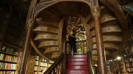 knihkupectví : Oporto, Portugal - August 13, 2017: large wooden staircase with red steps inside Library Lello and Irmao in historic center of Porto, famous for Harry Potter film. Horizontal shot.