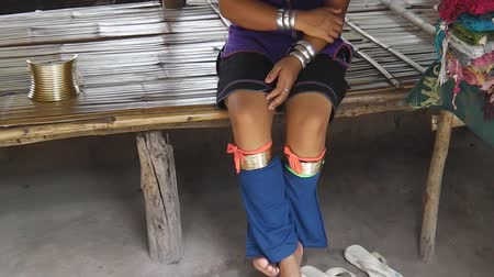 long neck karen : Chiang Rai, Thailand - July 25, 2011: A Kayan Padaungs tribe young woman with her little girl in Chiang Rai, northern Thailand, Burma border. Kayan are a group of Red Karen with long brass neck coils. Stock Footage