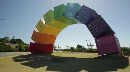 homo : Fremantle, Australië - 7 januari 2018: Rainbow Sea Container-brug in Fremantle, West-Australië. Fremantle vredeskleuren welkom. Homoseksualiteit en hoop concept Stockvideo