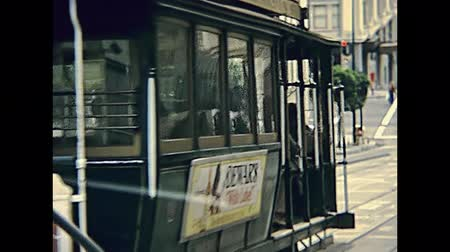 kabel : San Francisco, United States - in 1980: old Cable Car of San Francisco, Powell-Hyde lines.Tourists riding in Hyde Street, one of the most crooked streets in the city. Restored archival in the 1980s. Wideo